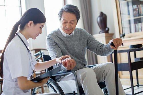 有医院护工、家庭护工 男女均有 照顾卧床老人、半自理老人等